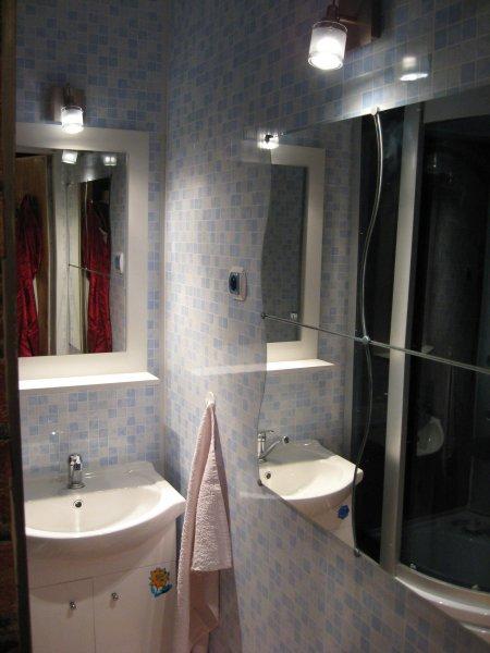 koupelna obložená plastem