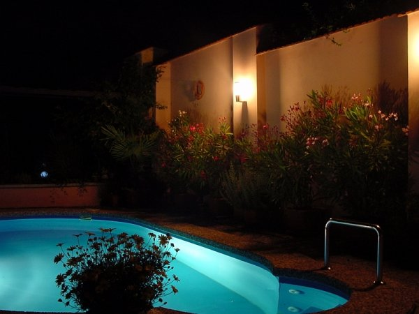 Teplý večer u bazénu