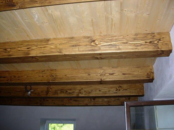 přiznané stropní trámy