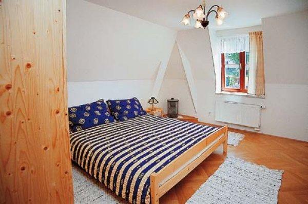 Postel povlečení ložnice - interiér - dřevo