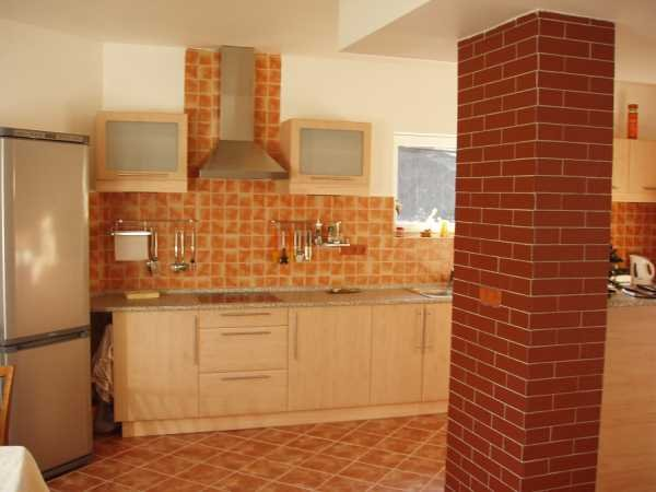 Kuchyně s červenými kachlíky