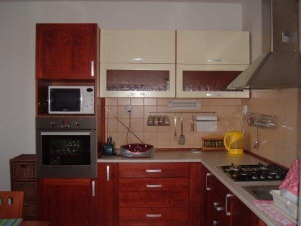 Dvoubarevná kuchyň