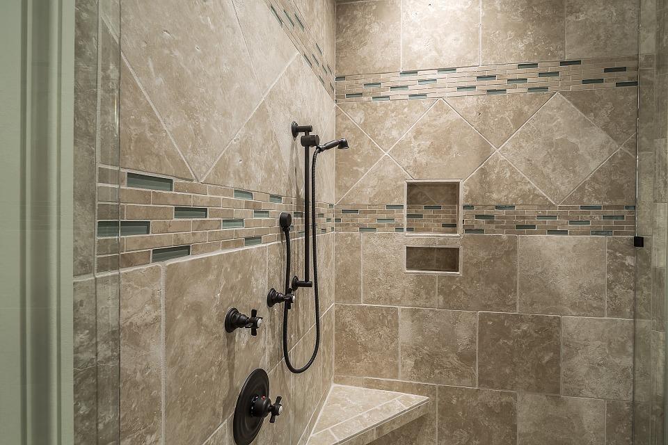 Sprcha nebo vana. Co je lepší?