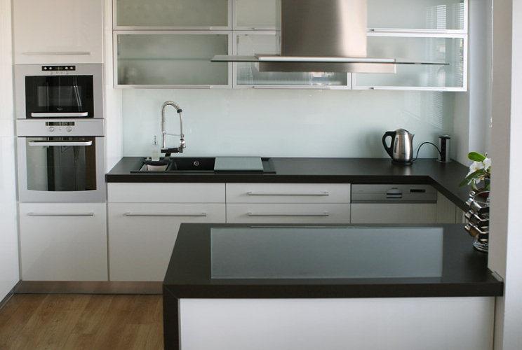 BYDLENÍ ČTENÁŘŮ – Ze staré kuchyňky moderní světlá kuchyně