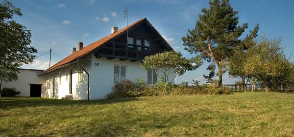 Nové hnízdo: Jedeme na západ! Dva zajímavé domky v malebných vesnicích na Plzeňsku jsou na prodej.
