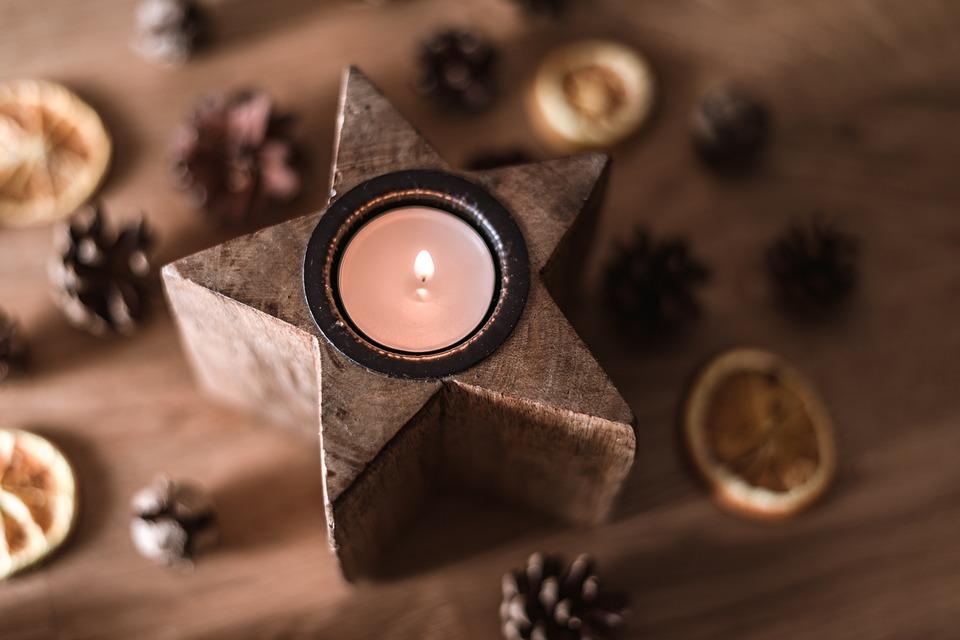 Provoňte si o Vánocích domov aromatickou svíčkou