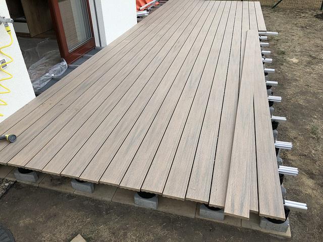 Hliníkové kotvící systémy usnadňují instalaci terasových prken