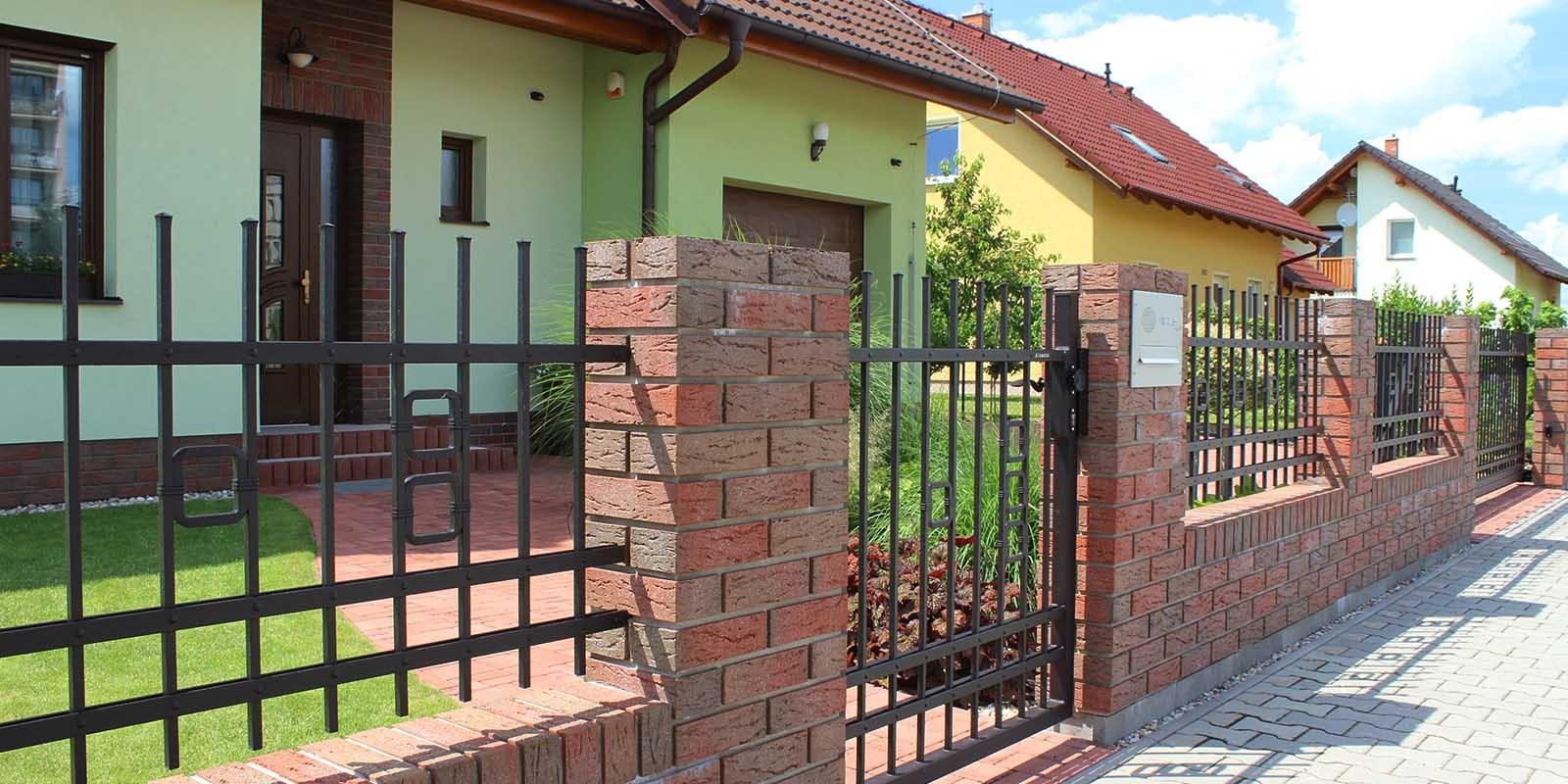 Bezúdržbové kované ploty mají hned několik předností