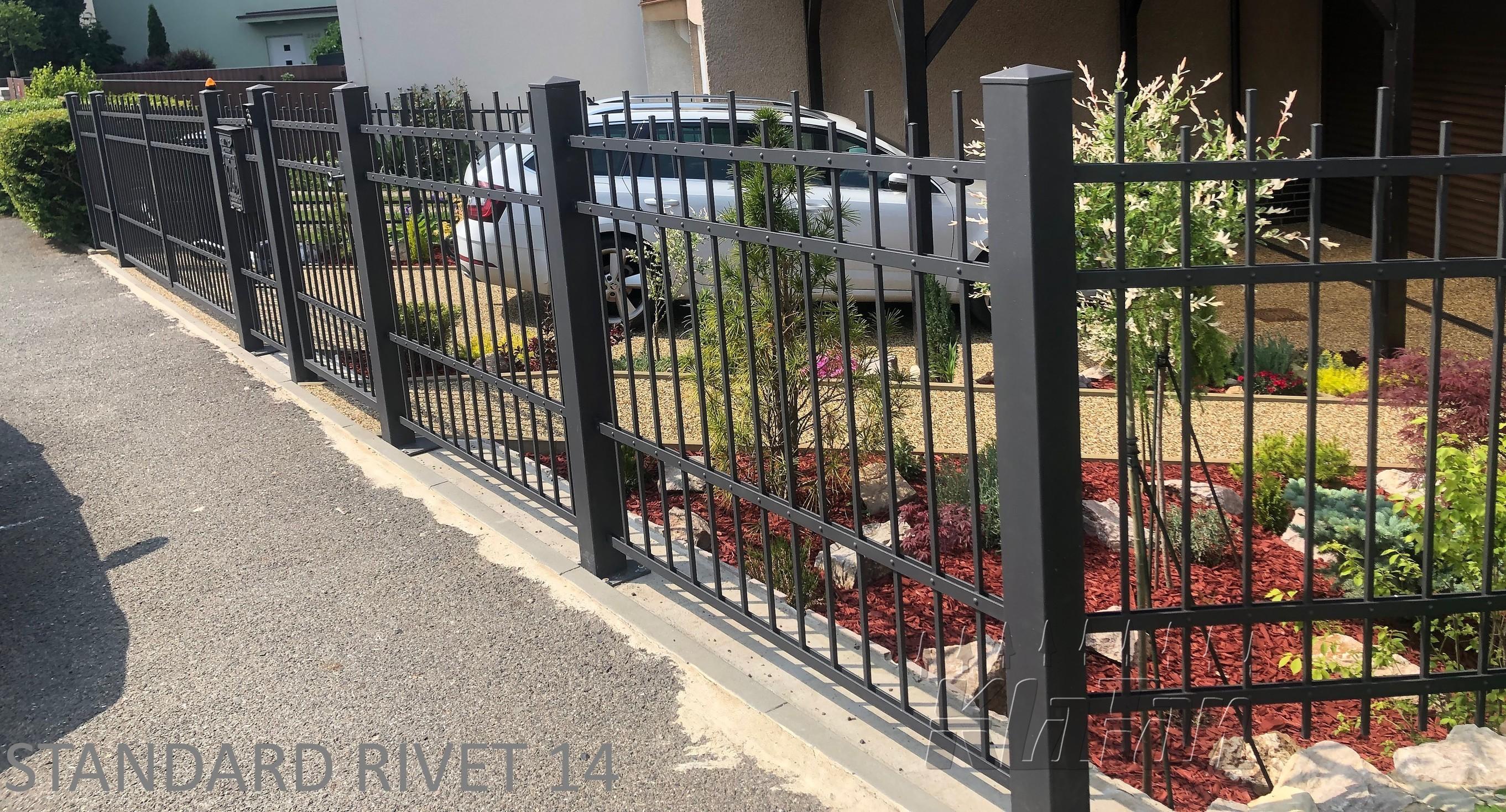 Kované ploty jsou velkým hitem. Nemusí vypadat jen historicky či rustikálně