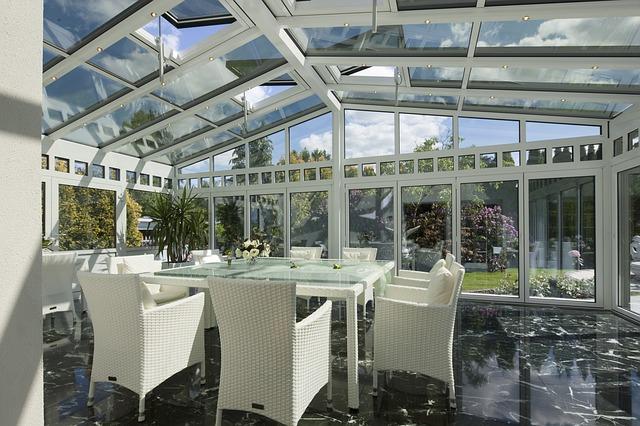 Pohodlí, světlé barvy a udržitelné materiály. Jaké jsou trendy při nakupování zahradního nábytku?