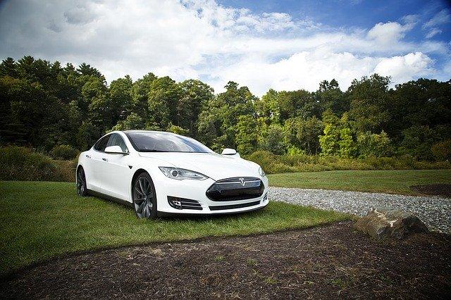 Jak koupit akcie Tesla?