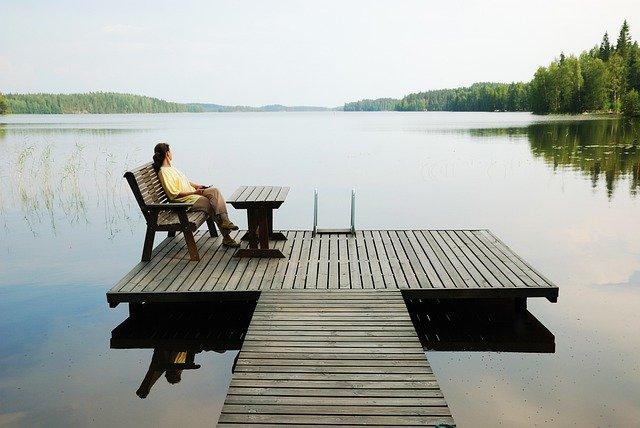 Dřevěná lavice nemusí být pouze na zahradě