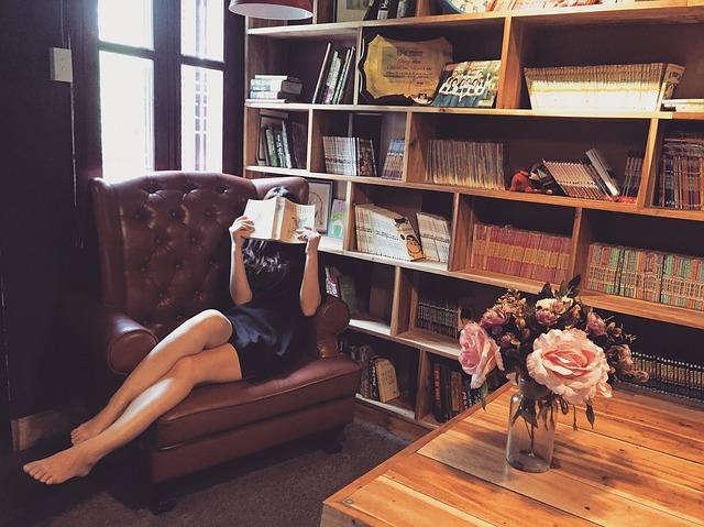 Trendy kouskem do obývacího nebo dětského pokoje se může stát závěsná knihovna