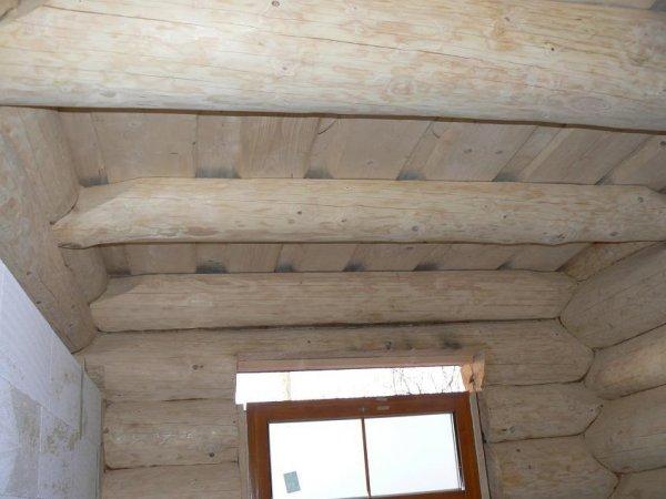 Náš srub stropy v přízemí